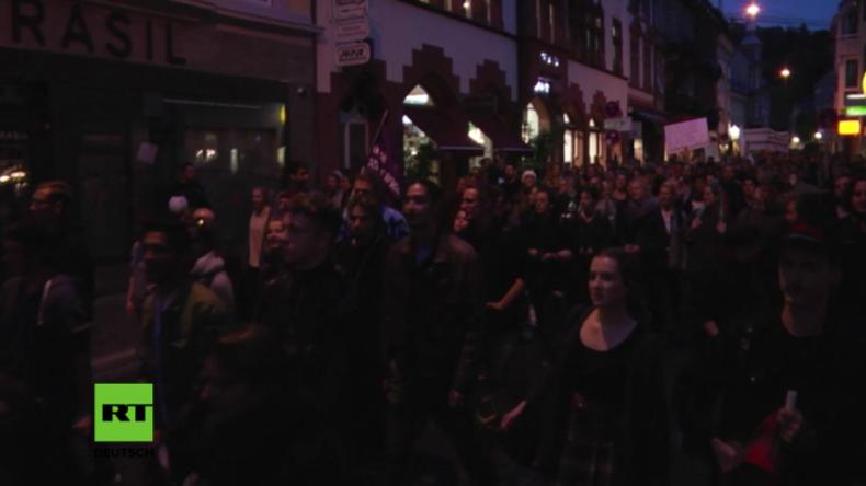 """Freiburg: """"Refugees are welcome here"""" - Protestler ziehen gegen die AfD auf die Straße"""