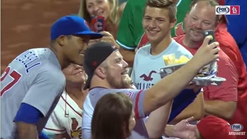 Baseballspieler verschüttet Chips von Fan des Gegners und kauft ihm neue Portion [VIDEO]