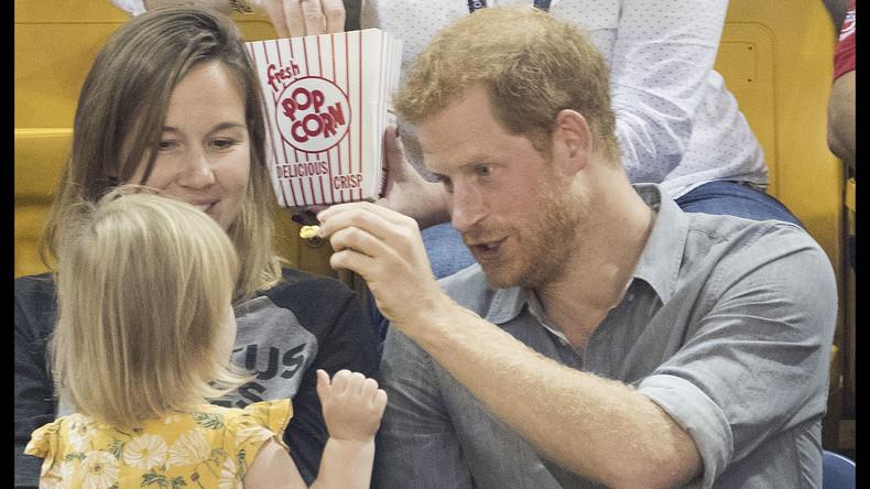 Auch Adelige werden bestohlen: Kleines Mädchen stiehlt Popcorn von Prinz Harry [VIDEO]