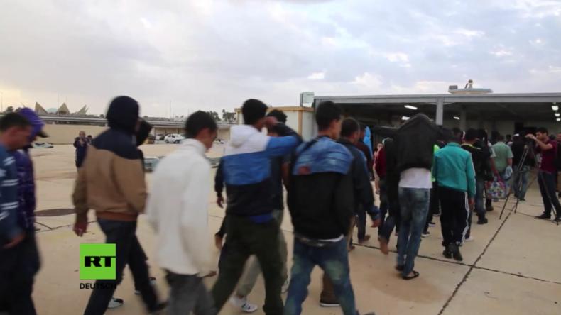 Libysche Küstenwache liest 200 Menschen auf Mittelmeer auf und bringt sie zurück nach Libyen