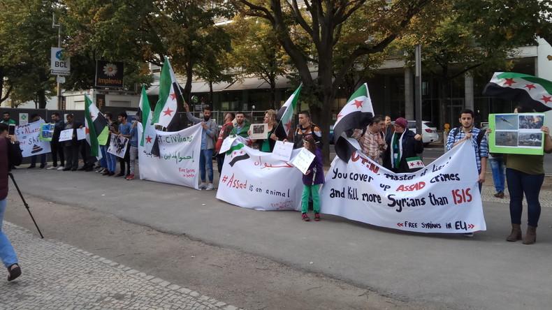 Syrische Oppositionelle demonstrieren vor Russischer Botschaft in Berlin