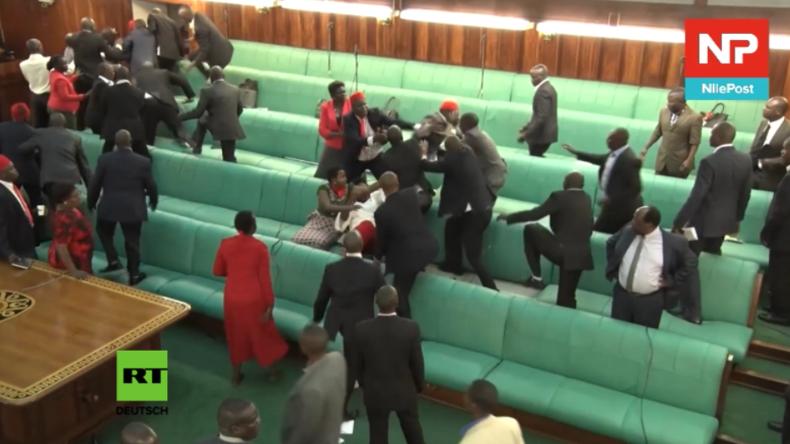 Fliegende Stühle und Fäuste - Brutale Massenschlägerei im Parlament von Uganda