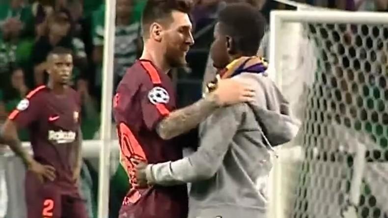 Fan rennt auf Fußballfeld und küsst Lionel Messis Schuh [VIDEO]