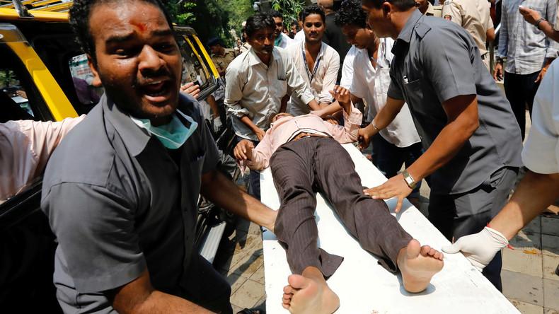 Mumbai: Über 20 Menschen suchen am Bahnhof Zuflucht vor Regen und quetschen einander zu Tode [VIDEO]
