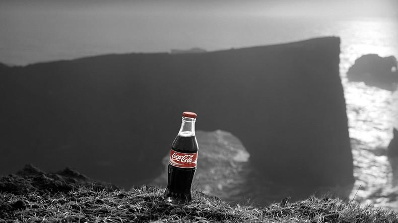 Mit Pistole bewaffnete Coca-Cola-Flasche beraubt Café in USA [VIDEO]