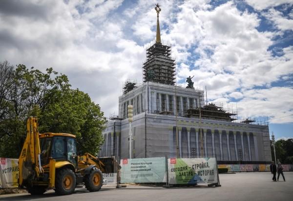 """Selbst die Gebäude auf dem riesigen Ausstellungsgelände """"Ausstellung der Errungenschaften der Volkswirtschaft"""" (WDNCh) wurden zum Stadtjubiläum renoviert."""