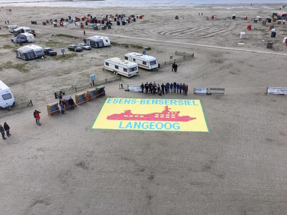 Strand voller Cocktailschirmchen – Weltrekordversuch in Ostfriesland [FOTO, VIDEO]
