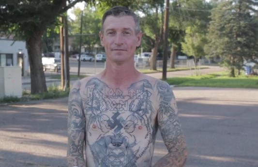 US-Neonazi will keine Hakenkreuz-Tattoos mehr – aus Respekt zu seiner schwarzen Bewährungshelferin