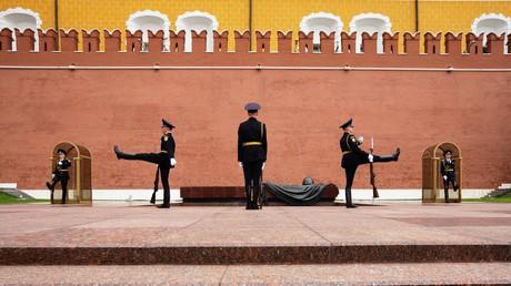 Auf dem Bild: Die Wachablösung am Grab des Unbekannten Soldaten vor der Kreml-Mauer. Moskauer Kreml wurde in seiner jetzigen Form in den Jahren 1482-1495 erbaut.