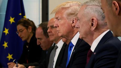 Donald Trump sitzt zwischen seinen wichtigsten Beratern, dem Nationalen Sicherheitsberater H.R. McMaster, links neben ihm, und Verteidigungsminister James Mattes, rechts neben Trump, Brüssel, 25. Mai 2017.