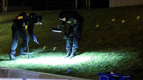 Schwedische Polizisten auf Spurensuche nach tödlichen Schüssen auf einen 16-Jährigen im Rosengard-Bezirk von Malmö, Schweden, 16. Januar 2017.