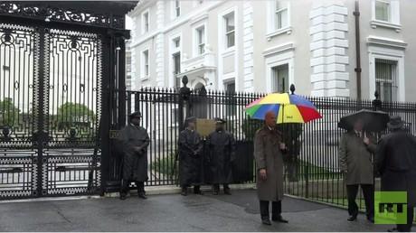 Sicherheitskräfte vor dem durchsuchten Gebäude der Handelsvertretung der Russischen Föderation in Washington, D.C.