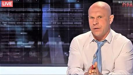Ilja Kiwa, der Berater des Innenministers und Chef der sozialistischen Partei, ist Stammgast im Abendfernsehen. Ein Screenshot der Sendung