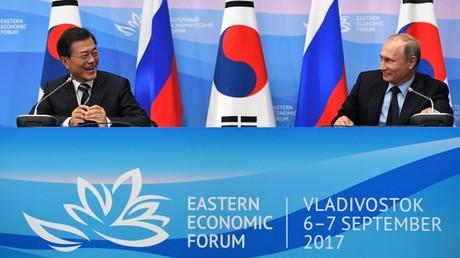 Wladimir Putin und Moon Jae-in während der gemeinsamen Presse-Konferenz am Rande des Östlichen Forums; 6. September 2017, Wladiwostok, Russische Föderation.