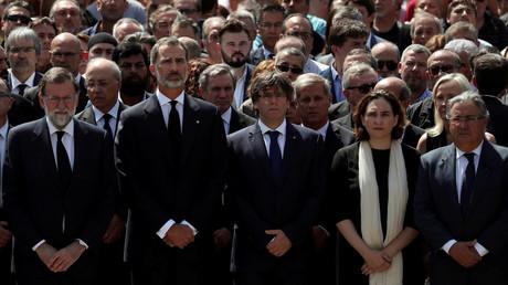 Die Regierenden in Spanien stehen nicht unbedingt zusammen: von rechts nach links Innenminister Juan Ignacio Zoido, Barcelona's Bürgermeisterin Ada Colau, der katalanische Generalbeauftragte Carles Puigdemont, König Felipe und Premierminister Mariano Rajoy, 18. August 2017.