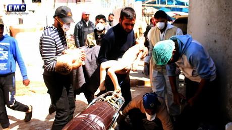 Erschütternde Bilder aus Chan Scheichun: Helfer tragen die Leichname von Kindern, die Opfer einer Giftgasattacke wurden. Eine UN-Kommission macht nun Damaskus dafür verantwortlich. Skeptiker sehen die Anschuldigungen als rein politisch motiviert.