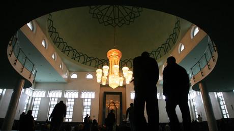 Muslime beim Betreten der mit saudischen Geldern finanzierten König Fahd-Moschee in Sarajevo