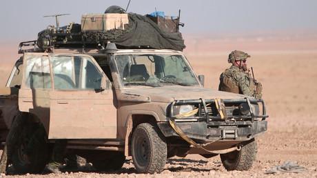 Ein Soldat der US-Koalition steht an seinem Fahrzeug im Norden von Rakka, Syrien,  November 2016.