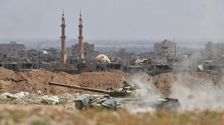 Ein T-72-Panzer der Republikanischen Garde Syriens an der Frontlinie eines Außenbezirks von Deir ez-Zor.