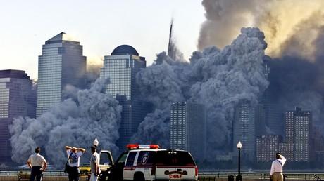 Entsetzliche Szenen in New York am Morgen des 11. September 2001: Nachdem Flugzeuge in sie hineingekracht waren, stürzten die Zwillingstürme des World Trade Center in einer riesigen Wolke aus Schutt und Staub in sich zusammen.