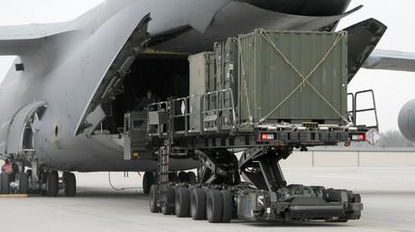 Das Beladen eines Militärtransportflugzeuges auf dem Luftwaffenstützpunkt im deutschen Ramstein.
