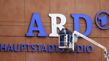 Arbeiter reparieren das Leuchtlogo am ARD-Hauptstadtstudio in Berlin.