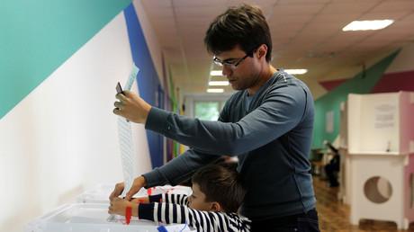 Ein Wähler gibt während den Kommunalwahlen seine Stimme in Moskau ab.
