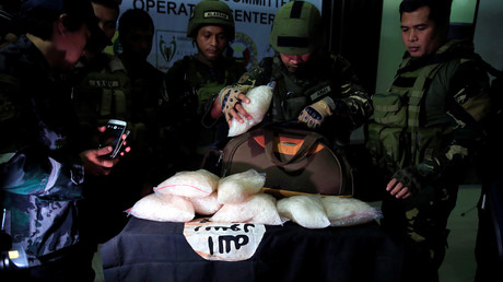 Regierungstruppen finden bei Anhängern der Maute-Gruppe am 19. Juni 2017 insgesamt elf Kilogramm hochreines Methamphetamin und eine IS-Flagge.