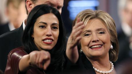 Huma Abedin und Hillary Clinton bei der Präsidentschaftsdebatte in Iowa, USA, 14. November 2015.