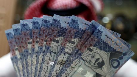 Ein saudischer Geldwechsler präsentiert Geldnoten des Riyal in einer Wechselstube in Riad, Juli 2017.