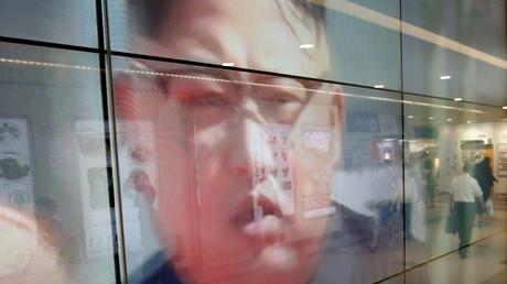 Passanten spiegeln sich in einem Fernsehbildschirm mit Nachrichten über Nordkorea, Tokio, Japan, 15. September 2017.