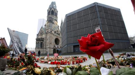 Blumen in Gedenken der Opfer des Terroranschlags vom 19. Dezember 2016, Berlin, Deutschland, 19. Januar 2017