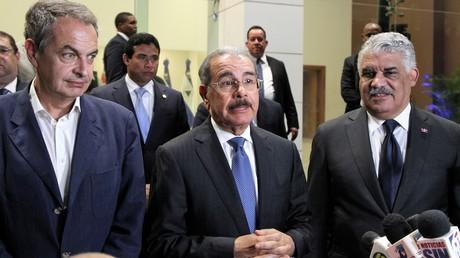 Der Präsident der Dominikanischen Republik, Danilo Medina (Mitte), Miguel Vargas, Premier-Minister der Dominikanischer Republik (rechts) und der frühere Präsident Spaniens, José Luis Zapatero (links) teilen am 15. September Ergebnisse ihrer Verhandlungsrunde zur Krise in Venezuela mit.