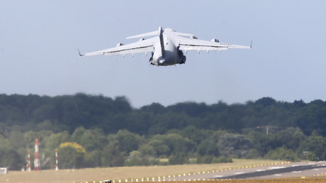 Ein US-Militärflugzeug hebt von der Landebahn im Luftstützpunkt Ramstein ab. Über eine dort installierte Relaisstation koordinieren die USA ihren globalen Drohnenkrieg.