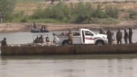Syrische Truppen beim Übersetzen über den Euphrat.