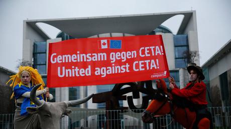 Demonstranten protestieren vor dem Kanzleramt gegen das Freihandelsabkommen CETA.