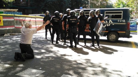 Nach dem rigiden Durchgreifen der spanischen Zentralregierung kam es zu mehreren spontanen Demonstrationen. Bisher blieben Gewaltausbrüche vonseiten der Demonstranten jedoch weitgehend aus.