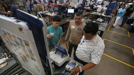 Überprüfung der Wahlgeräte durch Techniker, Politiker und Wähler in Caracas