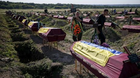 Massenbegräbnis von unidentifizierten ukrainischen Militärkräften die bei Gefechten in der Ostukraine ums Leben kamen, Kuschuhum, Ostukraine, 7. August 2015.