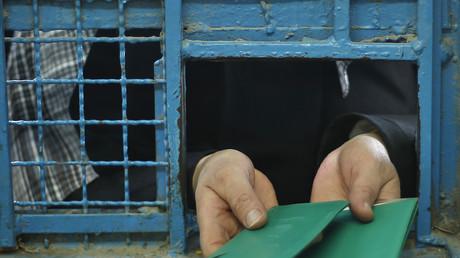Eine palästinensische Frau zeigt ihr Ausweisdokument bei einer Essensausgabe eines UN-Hilfezentrums vor, Gaza, Israel, 17. Dezember 2013.