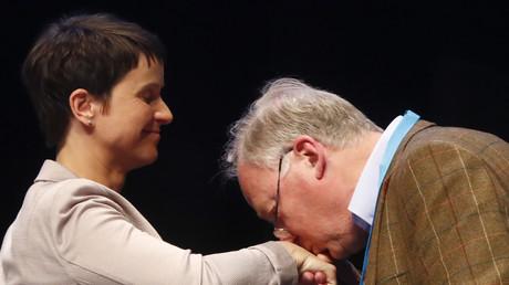 Alexander Gauland küsst die Hand von Frauke Petry,  während des AfD-Parteikongresses in Köln, Deutschland, 23. April 2017.