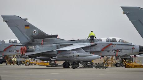 Ein Techniker arbeitet an einem deutschen Bundeswehrflugzeug;  Incirlik, Türkei, 21. Januar 2016