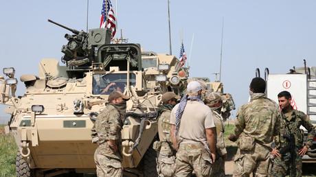 Vermummte amerikanische Soldaten zusammen mit kurdischen Kämpfern der YPG in Darbasiya, nahe der türkischen Grenze, 29. April 2017.