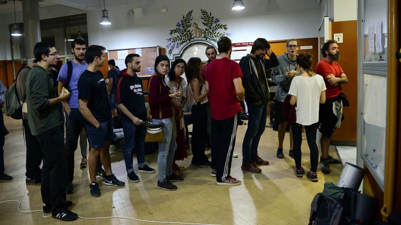 Katalanen versammeln sich vor Wahllokalen