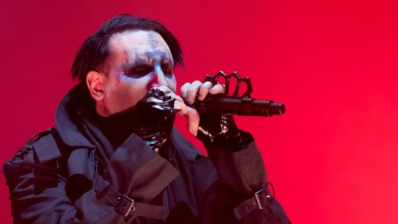 Bühnenbild fällt auf Marilyn Manson – Rocksänger kommt mit Beinverletzung davon [VIDEO]