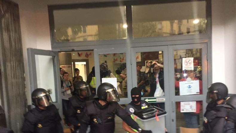 Live aus Barcelona: Polizeikräften entwenden Wahlurnen, Proteste und Widerstand
