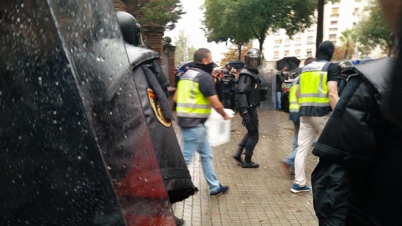 Unabhängigkeitsreferendum in Barcelona: Vermummte Polizisten beschlagnahmen Wahlurnen