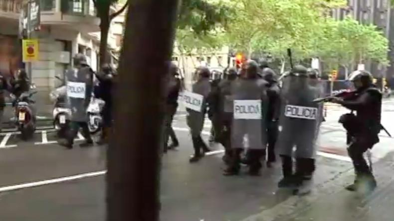 Unabhängigkeitsreferendum in Barcelona: Polizei setzt Gummigeschosse und Knüppel vor Wahllokalen ein