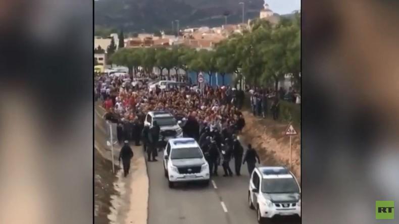 Katalanen vertreiben Polizei aus ihrer Stadt