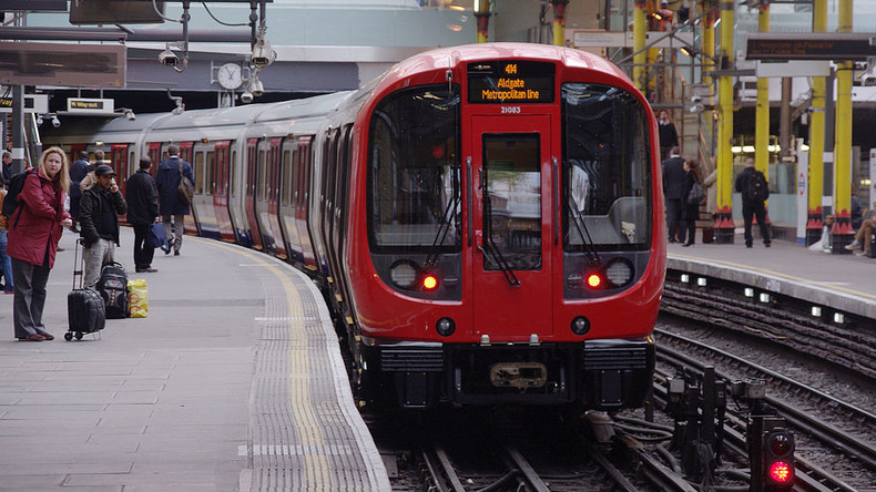 Tut Buße, ihr Sünder: Mann zitiert Bibel in Londoner U-Bahn, und Fahrgäste springen aus Zug